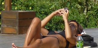 Mujer móvil sol