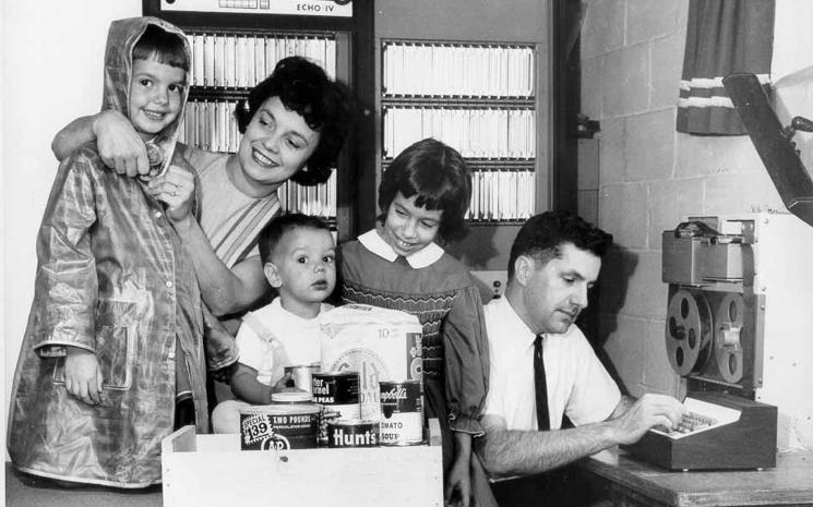 La familia Sutherland, con el ordenador ECHO IV.