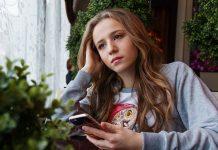 chica esperando con smartphone